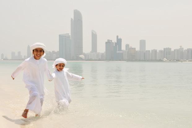 DataFolder/Images/What_to_do/Experiences/EidFest_Abu_Dhabi/eidfest_abu_dhabi_boys_corniche_water.jpg
